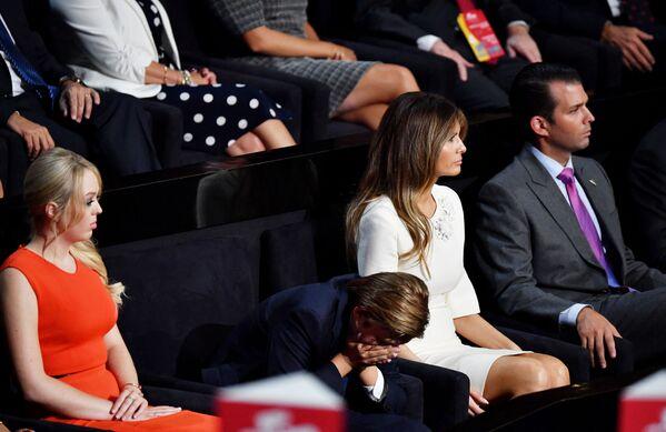 La famiglia di Donald Trump ascolta il suo discorso durante la Convention nazionale repubblicana, 21 luglio 2016  - Sputnik Italia