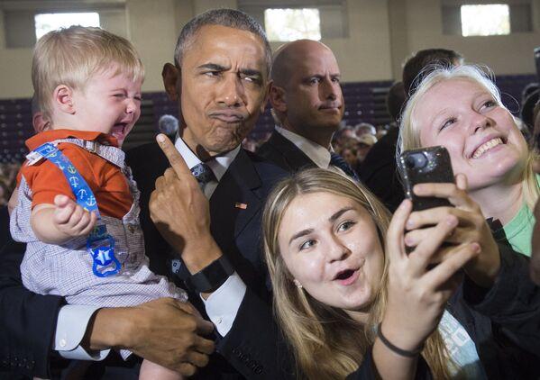 L'ex presidente degli Stati Uniti, Barack Obama, tiene in braccio un bambino di 10 mesi del nome Brooks Breitwieser durante il discorso di saluto rivolto ai suoi sostenitori, Ohio, 1 novembre 2016 . - Sputnik Italia