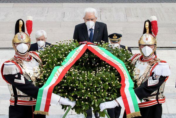 Il Presidente Sergio Mattarella in occasione della deposizione di una corona d'alloro all'Altare della Patria per la Festa Nazionale della Repubblica, il 2 giugno 2021. - Sputnik Italia