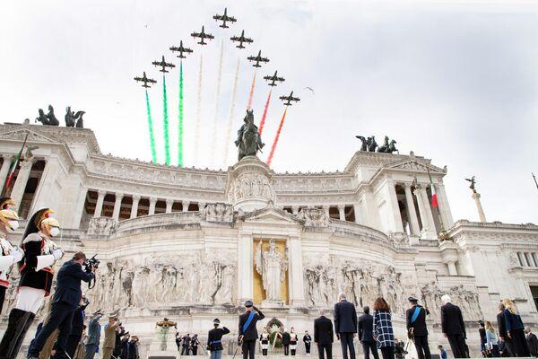 Le Frecce Tricolori hanno sorvolato su Piazza Venezia dopo che Il Presidente Sergio Mattarella aveva deposto una corona d'alloro all'Altare della Patria per la Festa Nazionale della Repubblica, il 2 giugno 2021. - Sputnik Italia