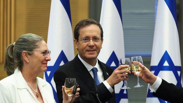 Президент Израиля Ицхак Герцог с женой празднуют его избрание после специальной сессии Кнессета - Sputnik Italia