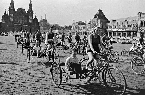 Una parata della cultura fisica presso la Piazza Rossa, Mosca, Russia, foto d'archivio.  - Sputnik Italia