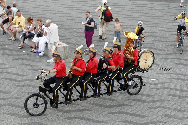 I musicisti si esibiscono in bicicletta il 1 luglio 2010 nel centro di Rotterdam, due giorni prima dell'inizio della 97a edizione della corsa ciclistica del Tour de France. - Sputnik Italia