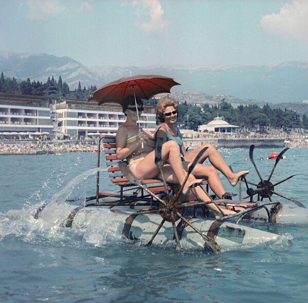 I turisti vanno in bicicletta acquatica nella città di Yalta in Crimea.  - Sputnik Italia
