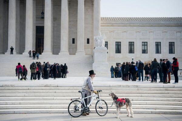 Una persona con la bicicletta davanti alla Corte Suprema degli Stati Uniti, 4 dicembre 2017 a Washington, DC. - Sputnik Italia