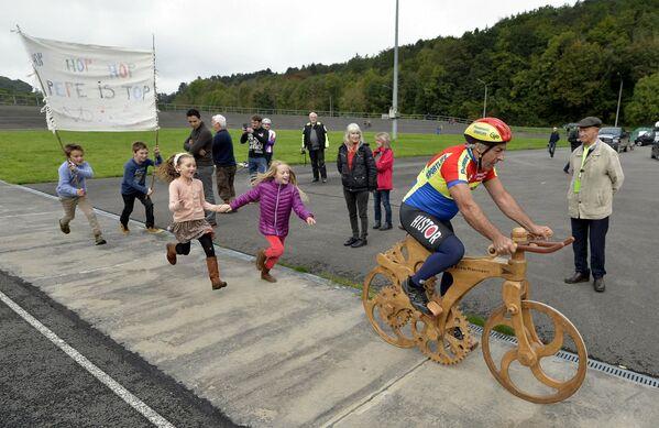 L'ex ciclista belga Eddy Planckaert  cerca di battere il record mondiale su una bicicletta di legno, 25 settembre 2015, velodromo di Jemelle, Rochefort, Belgio. - Sputnik Italia