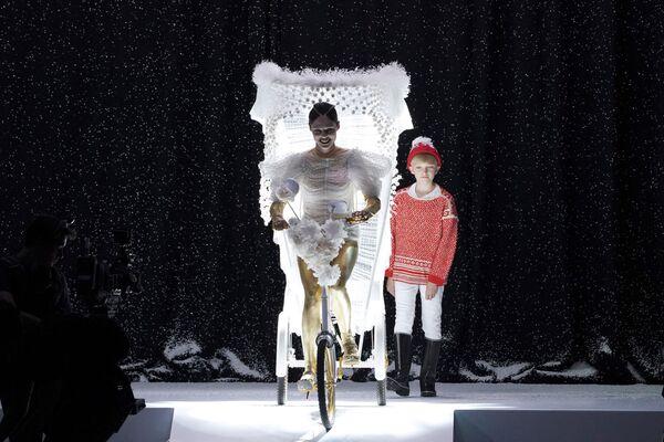 Coco Rocha presenta la creazione di Jean Paul Gaultier durante la collezione Haute Couture autunno/inverno 2017-2018 a Parigi, 5 luglio 2017. - Sputnik Italia