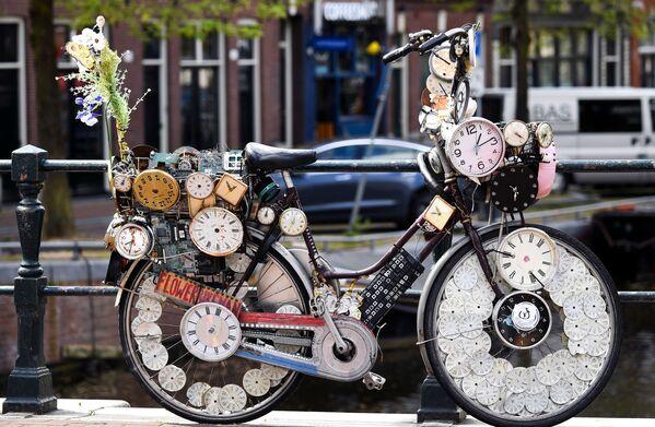 Una bicicletta decorata in una strada ad Amsterdam. Paesi Bassi.  - Sputnik Italia