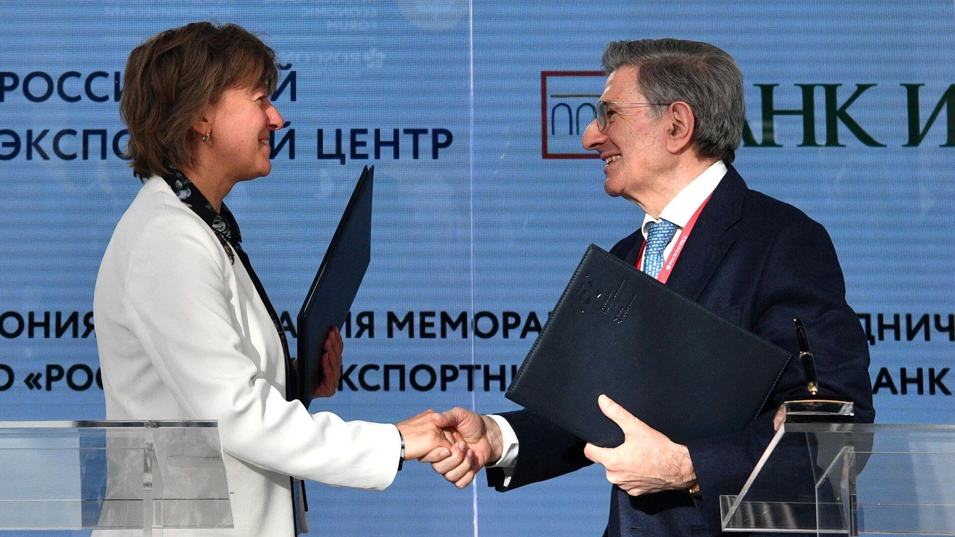 Il direttore generale del REC Group Veronika Nikishina e il presidente del consiglio d'amministrazione di Banca Intesa Antonio Fallico - Sputnik Italia, 1920, 03.06.2021