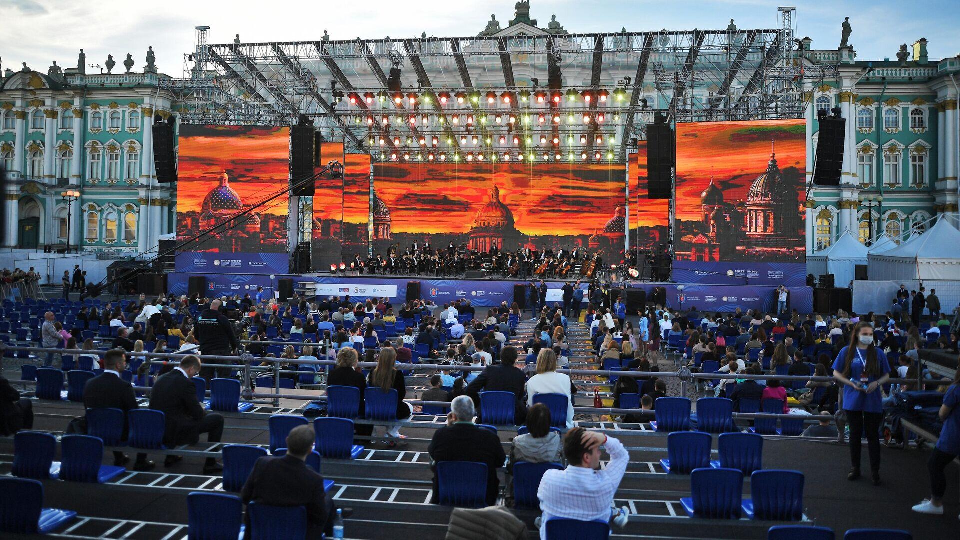 SPIEF 2021: l'orchestra sinfonica del teatro Petruzzelli di Bari si esibisce nel concerto dedicato a medici e volontari di fronte al museo Hermitage di San Pietroburgo - Sputnik Italia, 1920, 03.06.2021