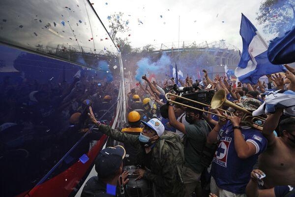 I tifosi del Cruz Azul esultano mentre l'autobus della squadra arriva prima dell'ultima partita del campionato di calcio messicano contro il Santos allo stadio Azteca di Città del Messico, domenica 30 maggio 2021. - Sputnik Italia