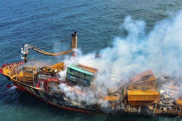 Una nave mercantile è affondata al largo di Colombo in Sri Lanka dopo un incendio durato 13 giorni. L'imbarcazione trasportava tonnellate di materiale plastico e sostanze chimiche che ha riversato nelle acque, rinomate per essere ricche di pesce.  - Sputnik Italia