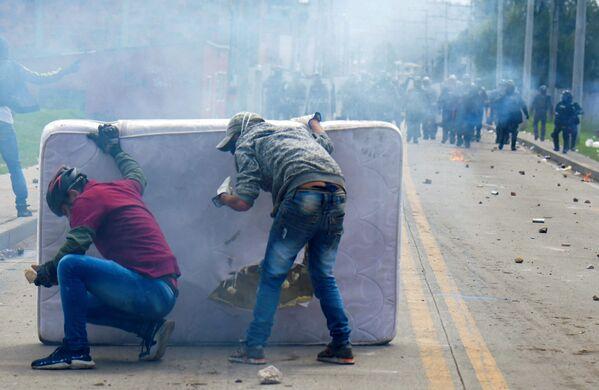 I manifestanti si scontrano con la polizia antisommossa durante una protesta contro il governo del presidente colombiano Iván Duque Márquez, a Facatativa, in Colombia, il 31 maggio 2021. - Sputnik Italia