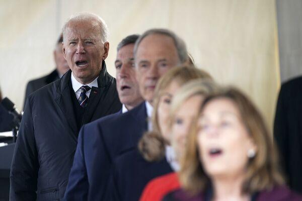 """Il presidente Joe Biden canta """"God Bless America"""" durante  la Giornata della Memoria, domenica 30 maggio 2021. - Sputnik Italia"""