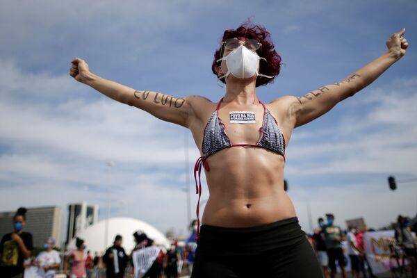 Una manifestante durante una protesta contro il presidente del Brasile Jair Bolsonaro a Brasilia, Brasile, il 29 maggio 2021. - Sputnik Italia