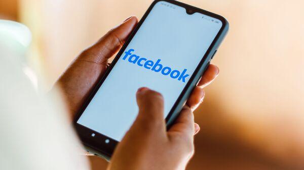 Телефон с открытым приложением Facebook  - Sputnik Italia