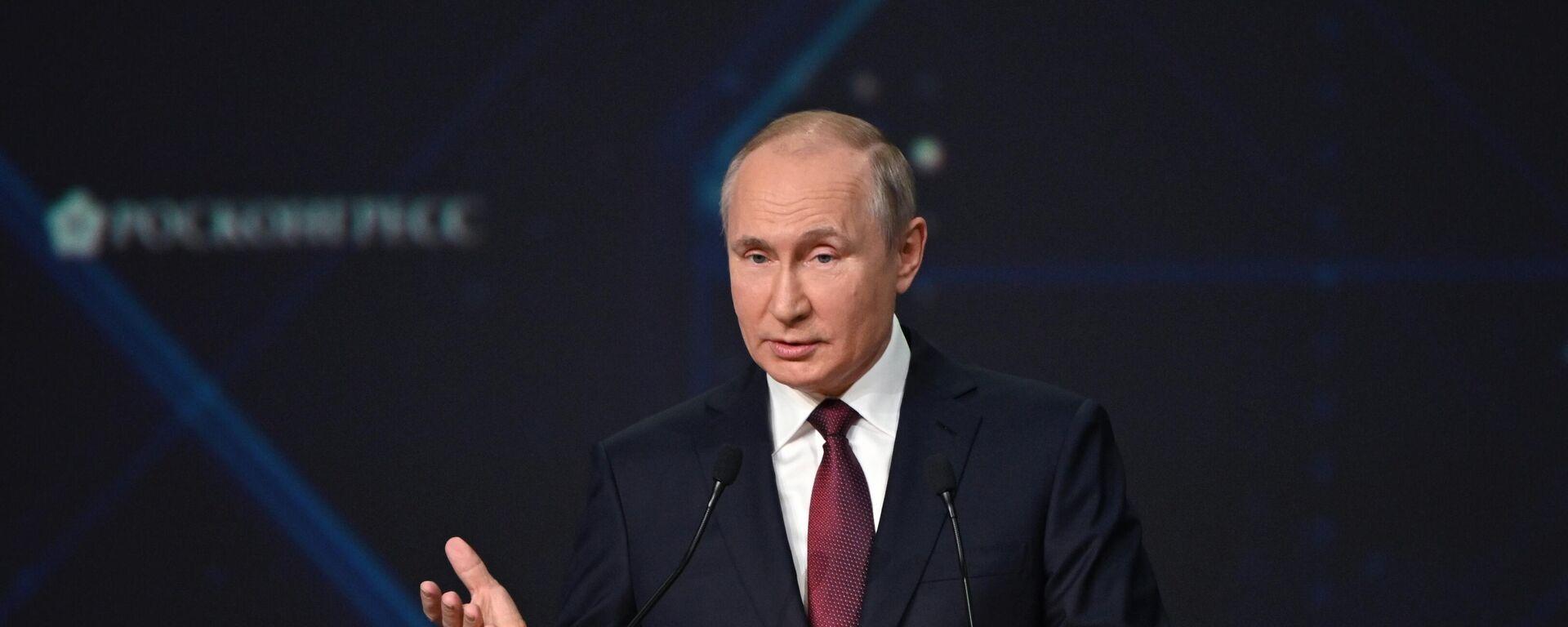 Il presidente russo Putin alla sessione plenaria del forum economico internazionale di San Pietroburgo - Sputnik Italia, 1920, 04.06.2021