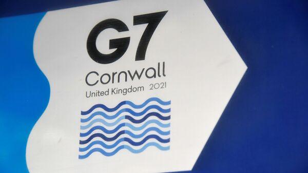 Логотип G7 на информационном табло возле отеля Carbis Bay, Великобритания - Sputnik Italia