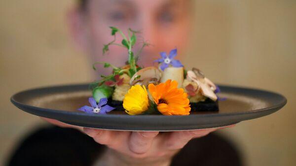 Французский шеф-повар Лоран Вейе демонстрирует блюдо в своем ресторане Inoveat, где подают блюда на основе насекомых, Париж - Sputnik Italia