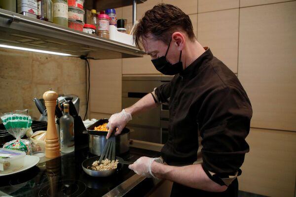 Lo chef Laurent Weyer cucina cibo con vermi gialli al ristorante parigino. - Sputnik Italia