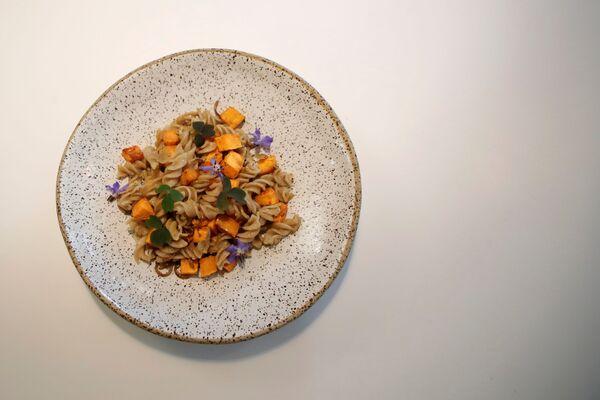I vermi gialli vengono generalmente allevati e nutriti con farina di frumento o crusca, sebbene siano onnivori. - Sputnik Italia