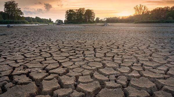 Потрескавшаяся от засухи земля - Sputnik Italia