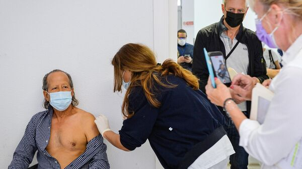 Un turista si vaccina con il preparato Sputnik V a San Marino - Sputnik Italia