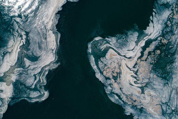Secondo il capo di Stato turco, una squadra di 300 esperti sta attualmente ispezionando più di 90 punti del Mar di Marmara, nonché in tutti gli impianti di trattamento delle acque reflue e di smaltimento dei rifiuti solidi a terra per trovare la fonte dell'inquinamento. - Sputnik Italia