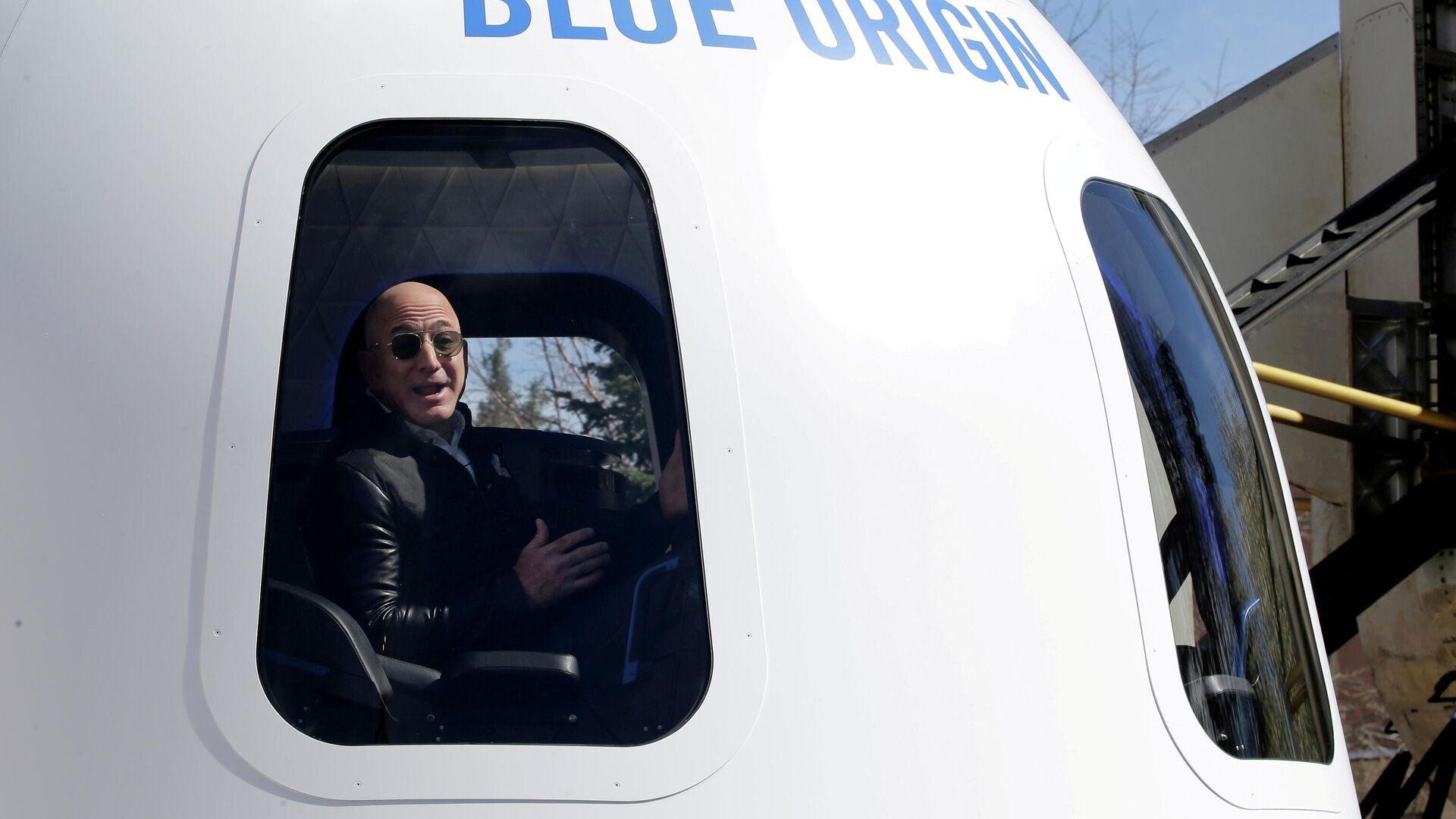 Il CEO di Amazon Jeff Bezos in uno shuttle Blue Origin - Sputnik Italia, 1920, 01.07.2021