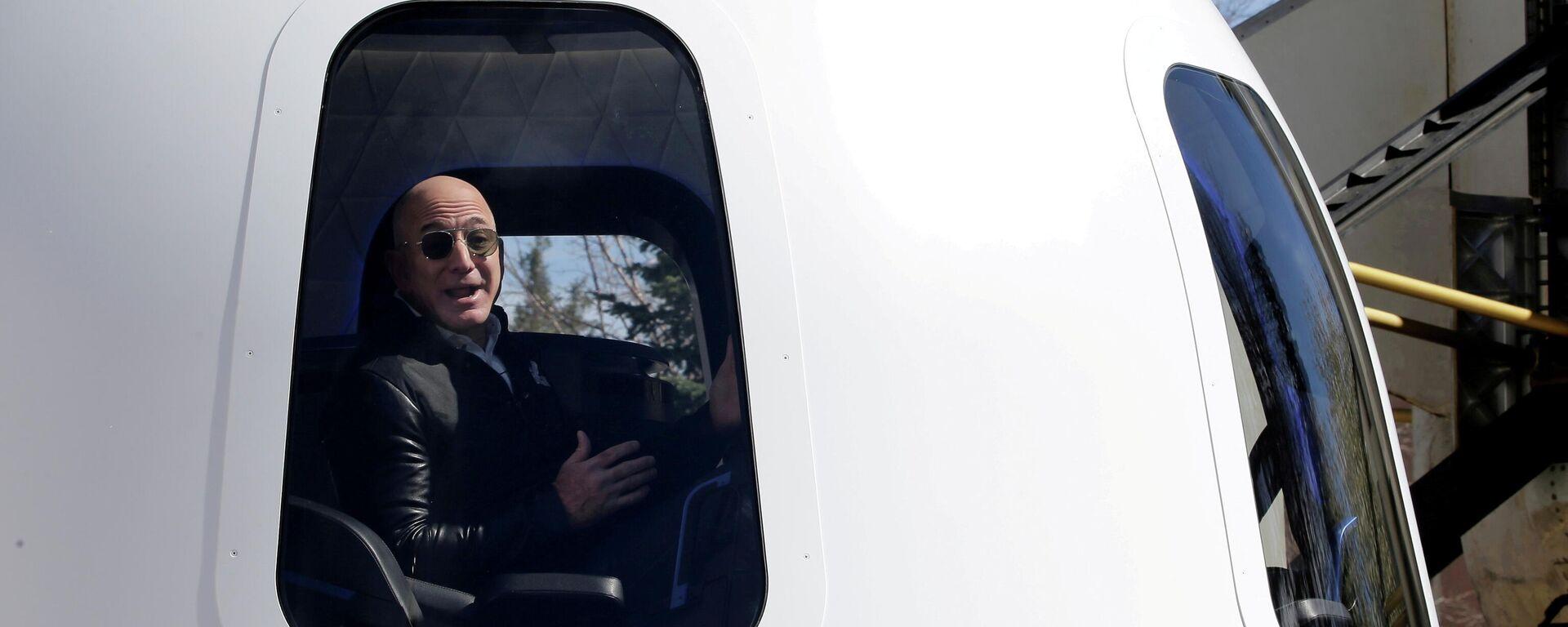 Il CEO di Amazon Jeff Bezos in uno shuttle Blue Origin - Sputnik Italia, 1920, 07.06.2021