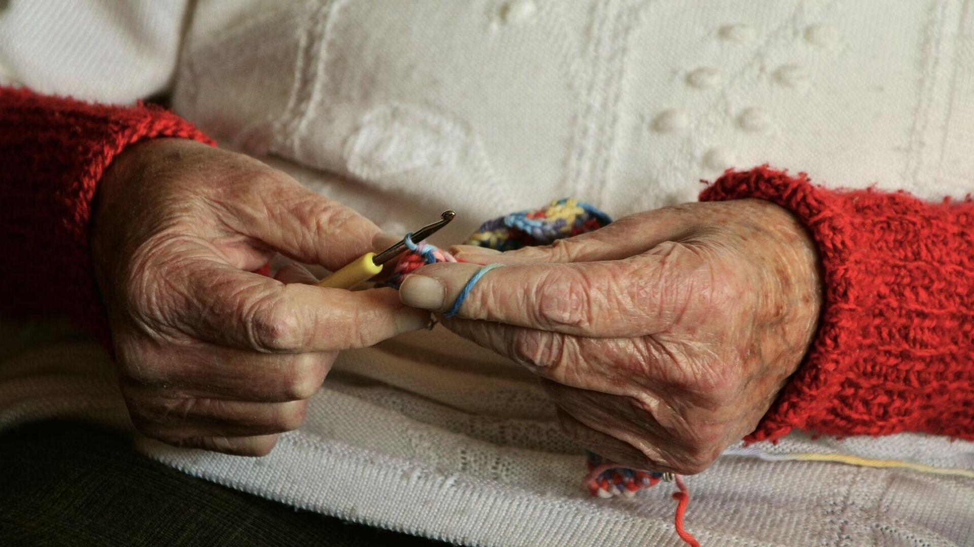 Anziana signora lavora all'uncinetto - Sputnik Italia, 1920, 08.06.2021