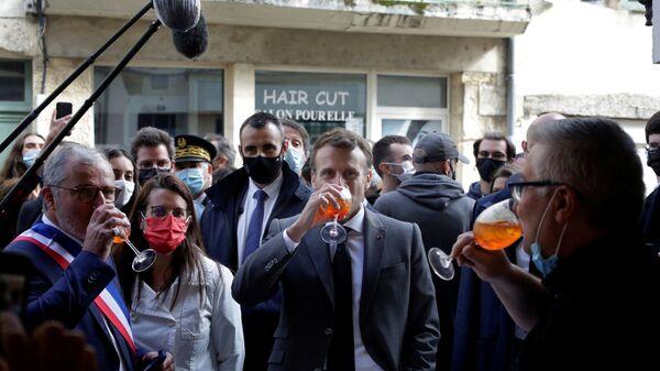 Президент Франции Эммануэль Макрон во время празднования по случаю открытия террас кафе и ресторанов - Sputnik Italia