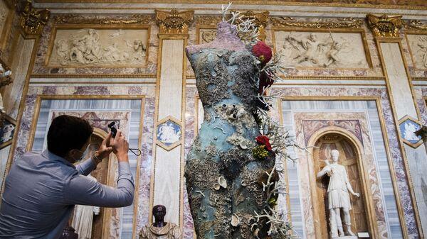 Посетитель фотографирует «Греческую обнаженную натуру» британского художника Дэмиена Херста в рамках выставки «Археология сейчас» в галерее Боргезе в Риме - Sputnik Italia
