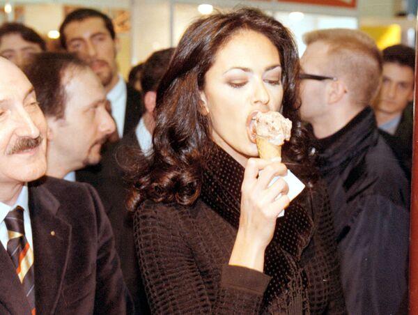 L'attrice italiana Maria Grazia Cucinotta assaggia un gelato durante la sua visita alla Fiera del Gelato di Rimini, sabato 24 gennaio 1998. - Sputnik Italia