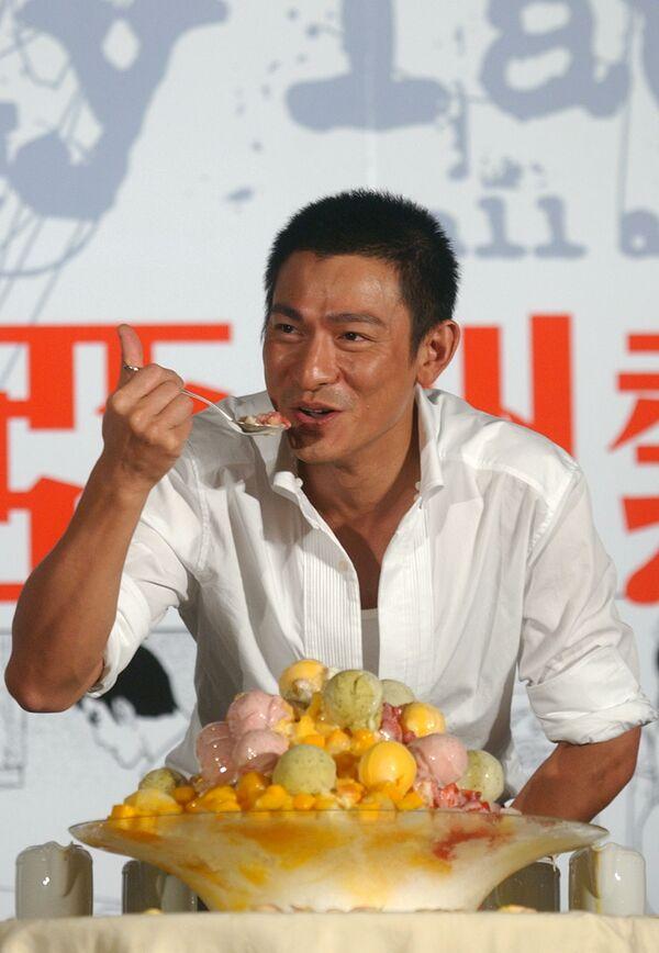 Il cantante e attore di Hong Kong Andy Lau mangia un gelato durante una conferenza stampa, martedì 23 agosto 2005 a Taipei, Taiwan.  - Sputnik Italia