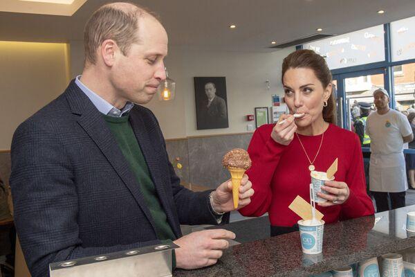 """Il principe William, duca di Cambridge e sua moglie Catherine, duchessa di Cambridge, mangiano i gelati durante la loro visita in gelateria """"Joe's Ice Cream Parlor"""" a Mumbles, nel Galles meridionale, il 4 febbraio 2020. - Sputnik Italia"""
