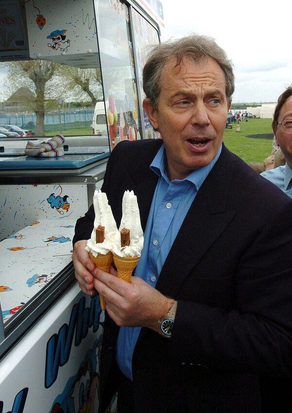 L'eх primo ministro britannico Tony Blair compra i gelati, Kent, il 2 maggio 2005. - Sputnik Italia