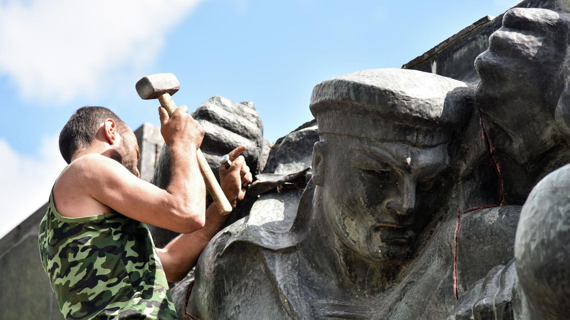 Ucraina, smantellamento di un monumento sovietico a Leopoli - Sputnik Italia, 1920, 10.06.2021