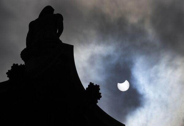 Il sole parzialmente eclissato, Londra, giovedì 10 giugno 2021. - Sputnik Italia