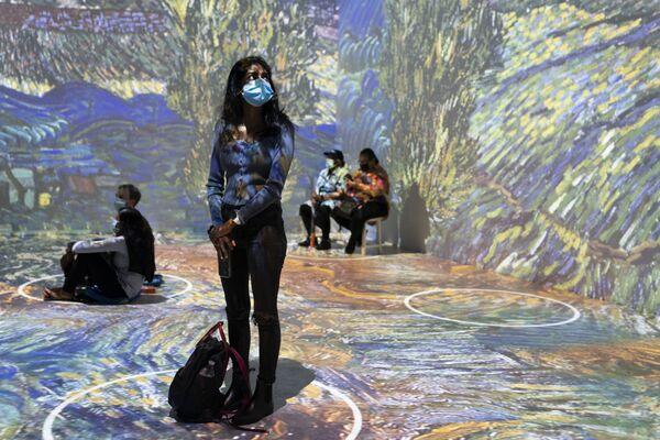 Le proiezioni di opere selezionate del celebre pittore Vincent Van Gogh alla mostra immersiva, venerdì 4 giugno 2021, a New York. - Sputnik Italia
