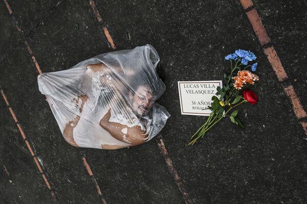 Una manifestazione per rendere omaggio alle vittime della violenza da parte della polizia nel quadro delle proteste contro il governo del presidente colombiano Iván Duque a Medellin, il 6 giugno 2021. - Sputnik Italia