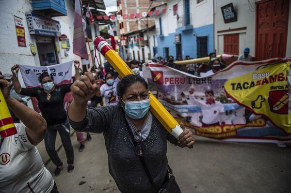 I sostenitori del candidato presidenziale di sinistra peruviana per il partito Peru Libre, Pedro Castillo, manifestano a Tacabamba, nella regione di Cajamarca, nel nord-est del Perù, il 7 giugno 2021.  - Sputnik Italia