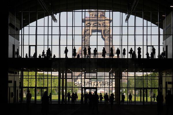 È il Grand Palais temporaneo, progettato dallo studio francese di architettura di Jean-Michel Wilmotte e realizzato da GL Events per ovviare alla chiusura, per ristrutturazione, del Grand Palais vero, il padiglione espositivo in muratura e vetro costruito per l'Expo universale del 1900. I lavori di ammodernamento dureranno quattro anni e la riapertura è prevista per il 2024, in tempo per le Olimpiadi che si terranno dal 26 luglio all'11 agosto nella capitale francese. - Sputnik Italia