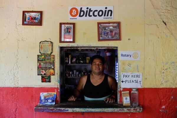 Roberto Carlos Silva, proprietario del negozio La Zontena, accetta Bitcoin dopo che per legge il bitcoin è diventato una valuta a corso legale in El Salvador, a Chiltiupan, El Salvador, l'8 giugno 2021. - Sputnik Italia