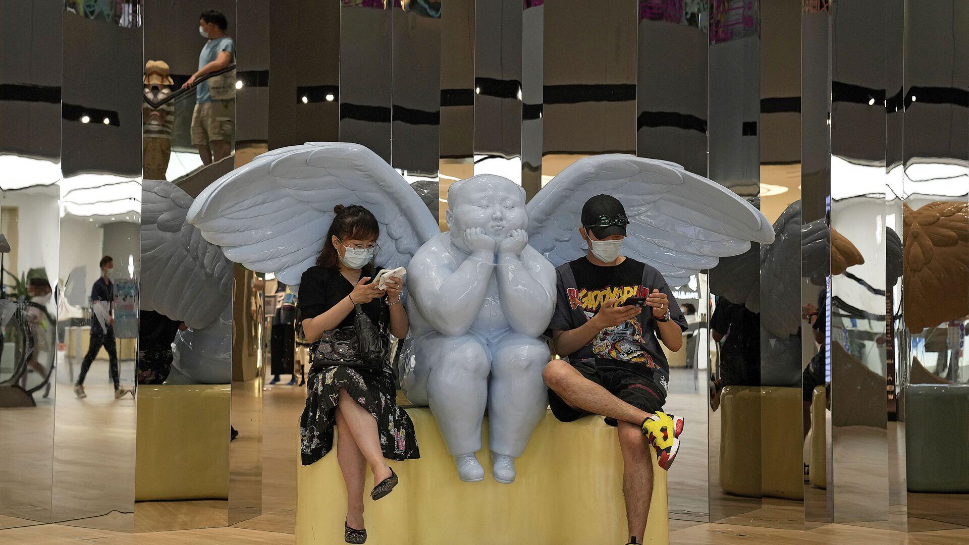 Посетители рядом со статуей ангела в торговом центре Пекина - Sputnik Italia, 1920, 25.06.2021