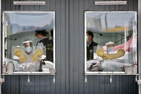 Il personale medico al lavoro in un'area di screening per il Covid-19 a New Taipei City, l'8 giugno 2021. - Sputnik Italia