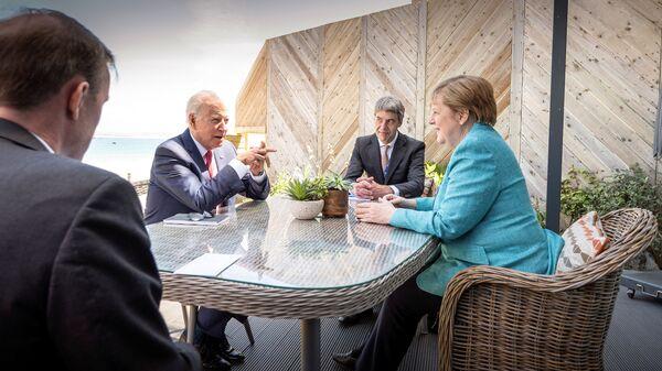 Президент США Джо Байден и канцлер Германии Ангела Меркель на саммите G7 в Корнуолле - Sputnik Italia