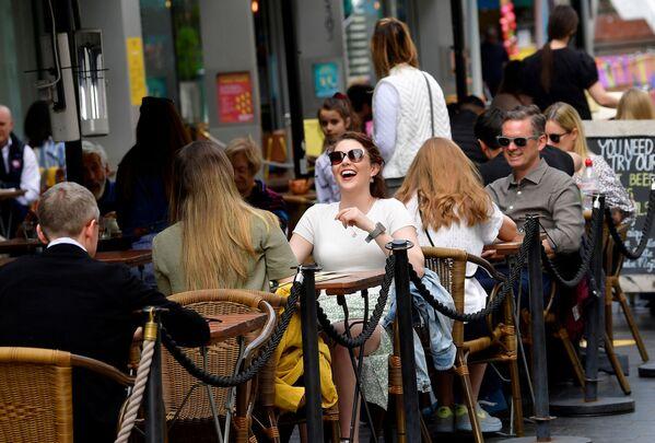 I visitatori di un caffè in South Bank Street a Londra, Regno Unito. - Sputnik Italia