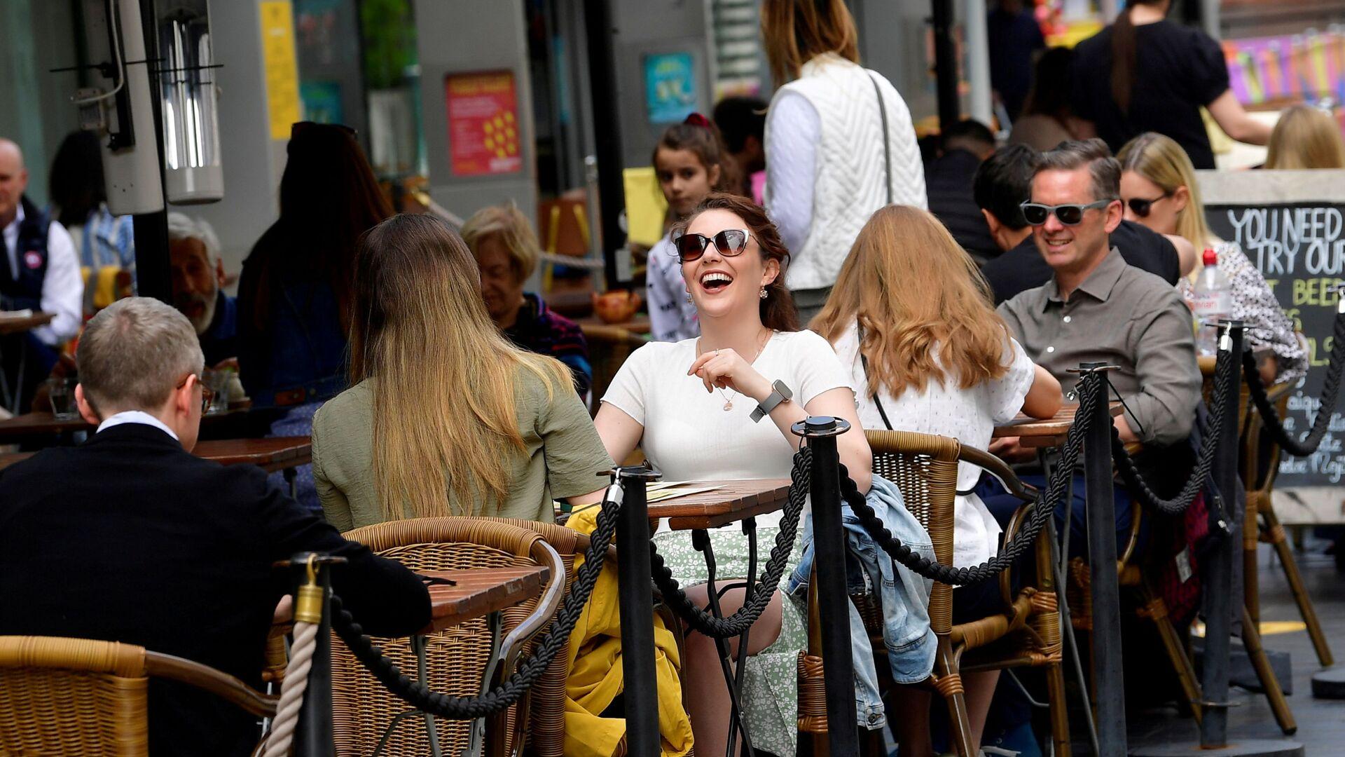 Посетители кафе на улице South Bank в Лондоне, Великобритания - Sputnik Italia, 1920, 03.07.2021