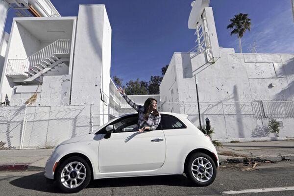 Un'auto su Sunset Boulevard a Los Angeles, USA. - Sputnik Italia